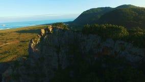 鸟瞰图 飞行在岩石的美丽的晴朗的林木 空中摄影机射击 背景 影视素材