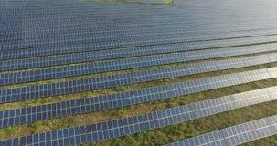 鸟瞰图 飞行在有太阳的太阳能发电厂 太阳电池板和太阳 空中寄生虫射击 4K 30fps 股票录像
