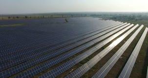 鸟瞰图 飞行在有太阳的太阳能发电厂 太阳电池板和太阳 空中寄生虫射击 4K 30fps 影视素材