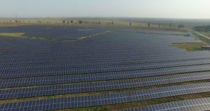 鸟瞰图 飞行在有太阳的太阳能发电厂 太阳电池板和太阳 空中寄生虫射击 4K 30fps 股票视频