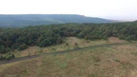 鸟瞰图 飞行在美丽的山和美丽的森林空中摄影机射击 俄罗斯,斯塔夫罗波尔,山 影视素材