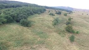 鸟瞰图 飞行在美丽的山和美丽的森林空中摄影机射击 斯塔夫罗波尔,山 股票录像
