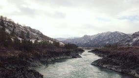 鸟瞰图 飞行在美丽的山河 空中摄影机射击 风景全景 快行河看法  股票视频