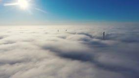 鸟瞰图 飞行在雾,在薄雾空中摄影机射击的飞行 在云彩上的飞行往太阳 有薄雾的天气 股票视频