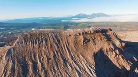 鸟瞰图 飞行通过峡谷 红色山 股票录像