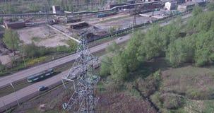 鸟瞰图 高压塔和工厂设备 从工厂设备的大气污染 4K 股票视频