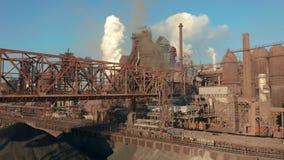 鸟瞰图 鼓风炉建筑 冶金植物,货物起重机 股票录像
