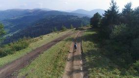 鸟瞰图 4K 有背包的人沿山路走在一好日子 职业 影视素材