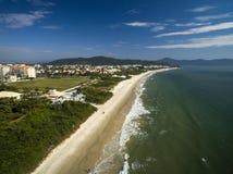 鸟瞰图Jurere海滩在弗洛里亚诺波利斯,巴西 2017年7月 免版税库存照片