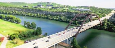 鸟瞰图Pennybacker桥梁或360桥梁在奥斯汀,得克萨斯, U 免版税库存图片