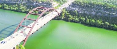 鸟瞰图Pennybacker桥梁或360桥梁在奥斯汀,得克萨斯, U 免版税库存照片