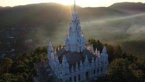 鸟瞰图Wat Phra禁令Pong和日落与有雾的早晨在Chiangmai,泰国 股票录像