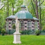 鸟舍亭子在Peterhof,俄罗斯更低的庭院里  图库摄影