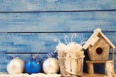 鸟舍和圣诞节装饰 库存图片