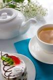 鸟蛋糕樱桃杯子果冻海绵茶 免版税图库摄影