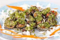 鸟蛤混合用在盘的绿色辣椒 免版税库存照片