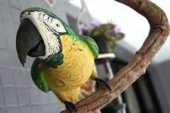 鸟雕塑木头 免版税库存图片