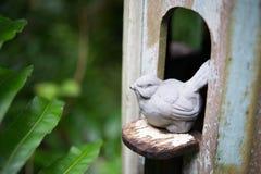鸟雕象在房子里 免版税库存图片