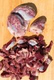 鸟鸡内脏杂碎胗胃,心脏 未加工的未煮过的鸡火鸡胗背景 库存图片