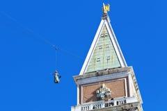 鸠的飞行从圣马克钟楼  库存照片