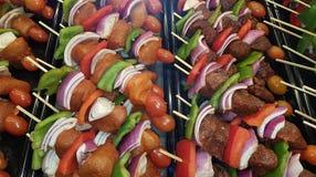 鸡、猪肉和牛肉kebabs 免版税库存图片