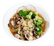 鸡、硬花甘蓝、蘑菇和切的肉提高了日本镭 免版税库存图片