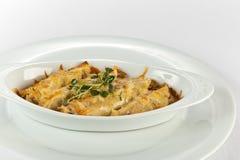 鸡、mashroom和乳酪绉纱砂锅 免版税库存照片