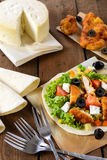 鸡丁沙拉和玉米粉薄烙饼 免版税图库摄影