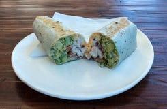 鸡丁沙拉在白色板材切和供食的套三明治 库存照片
