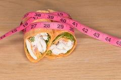 鸡丁沙拉套和测量的磁带饮食概念 免版税库存图片