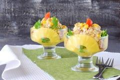 鸡丁沙拉用菠萝和核桃在一块玻璃板在黑暗的抽象背景 概念吃健康 健康 库存照片
