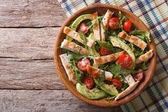鸡丁沙拉用鲕梨、芝麻菜和蕃茄 水平的上面 库存图片