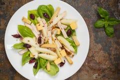 鸡丁沙拉,梨,烘干了鹅莓,并且无核小葡萄干,在蓬蒿的乳酪离开 木背景 顶视图 特写镜头 免版税库存照片