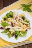 鸡丁沙拉,梨,烘干了鹅莓,并且无核小葡萄干,在蓬蒿的乳酪离开 木背景 顶视图 特写镜头 库存图片