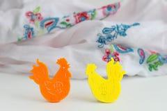 鸡两个纸图在明亮的背景 免版税库存图片