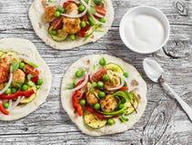 鸡丸子和新鲜蔬菜炸玉米饼 健康可口早餐或快餐 免版税库存照片