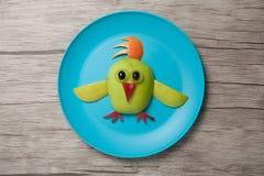 鸡做用苹果在板材和桌 免版税库存图片