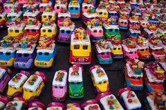 鸡公车运送纪念品在奇奇卡斯特南戈市场上 免版税库存照片