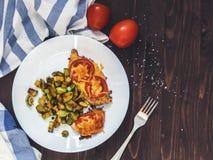 鸡内圆角烘烤用蕃茄和乳酪,油煎的夏南瓜  免版税图库摄影