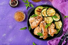 鸡内圆角用在格栅烹调的夏南瓜 免版税库存照片