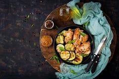 鸡内圆角用在格栅烹调的夏南瓜 免版税库存图片