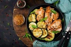 鸡内圆角用在格栅烹调的夏南瓜 库存图片