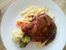 鸡剁褐色蘑菇酱油炸薯条餐馆菜单 免版税图库摄影
