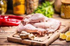 鸡原始的大腿 烹调,营养 库存图片