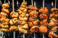 鸡和小牛肉在格栅的kebabs烤肉 库存图片