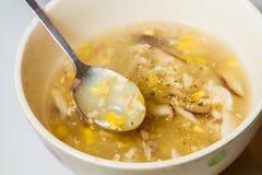 鸡和玉米汤 免版税库存照片