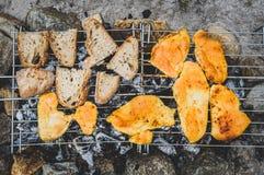 鸡和面包在自创被即兴创作的BBQ烤格栅 免版税库存图片
