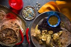 鸡咖喱、米和面包薄煎饼在金属片 印第安盘 免版税库存图片