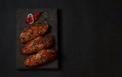 鸡在一张黑暗的木板顶视图烤了 免版税库存照片