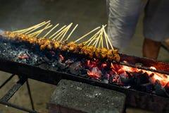 鸡在与火的格栅架子心满意足在直到很好做的木炭 图库摄影
